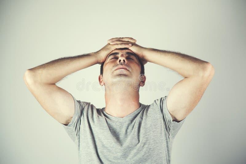 Hombre triste o de pensamiento fotografía de archivo