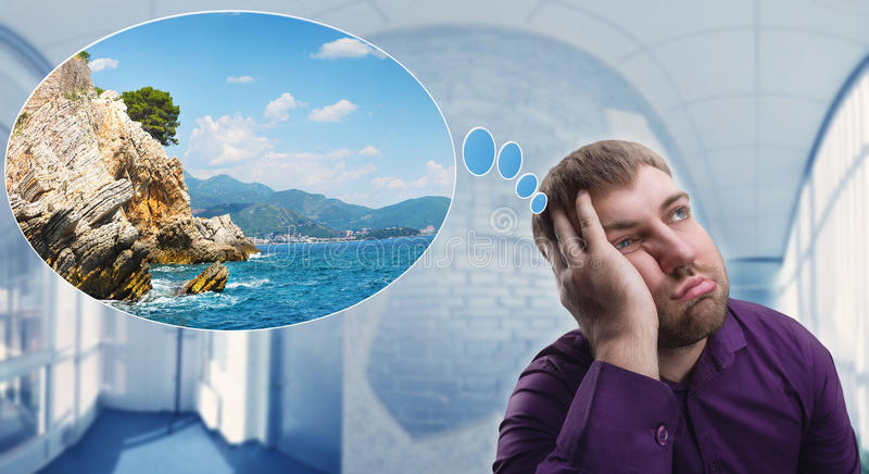 Hombre triste que sueña sobre vacaciones foto de archivo libre de regalías
