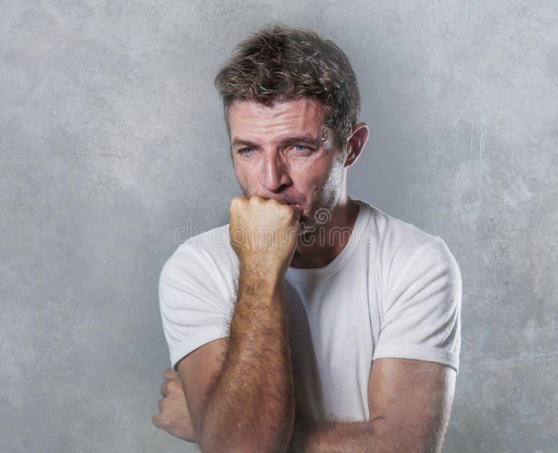 Hombre triste y deprimido que muerde su sensación desesperada del puño frustrada y desamparada en concep de la expresión facial d foto de archivo libre de regalías