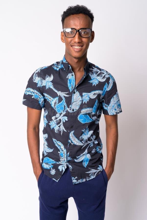 Hombre turístico africano feliz joven con la sonrisa de las lentes imagen de archivo libre de regalías