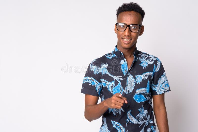 Hombre turístico africano feliz joven con las lentes que señala en la cámara foto de archivo libre de regalías