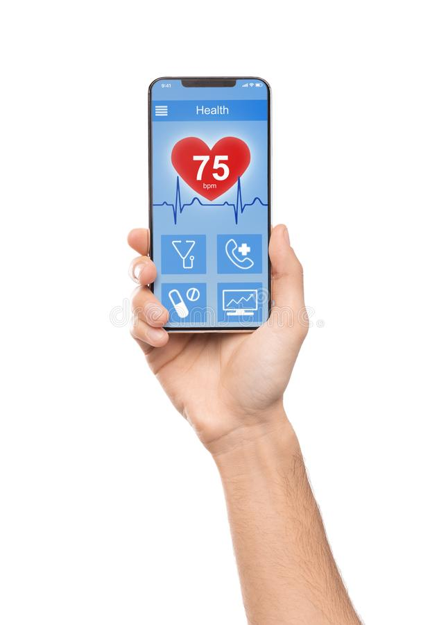 Hombre usando el app del smartphone para comprobar datos de la salud foto de archivo libre de regalías