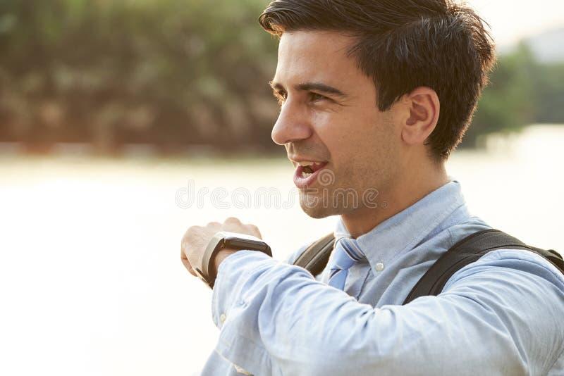 Hombre usando el smartwatch para la conversación foto de archivo libre de regalías