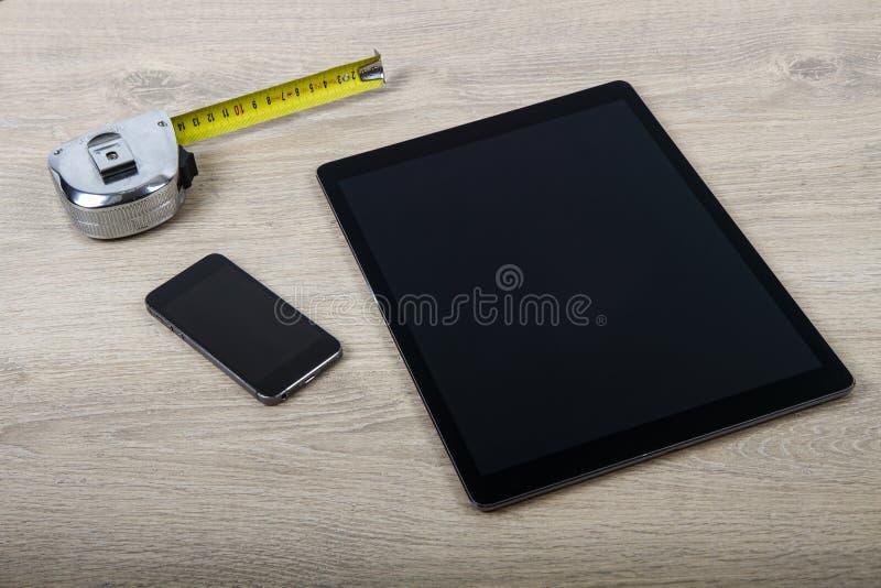 Hombre usando la tableta táctil libre illustration