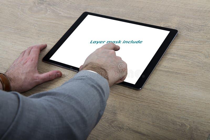 Hombre usando la tableta táctil ilustración del vector