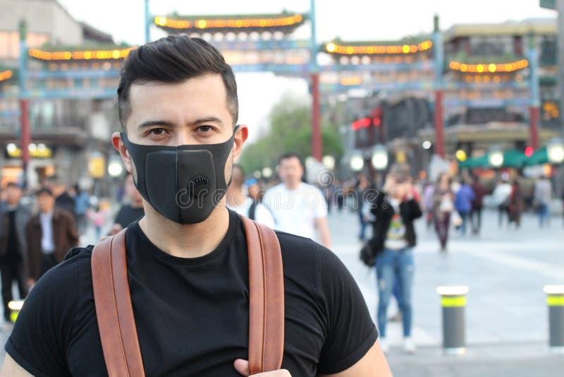 Hombre usando máscara de la contaminación en Asia fotos de archivo libres de regalías
