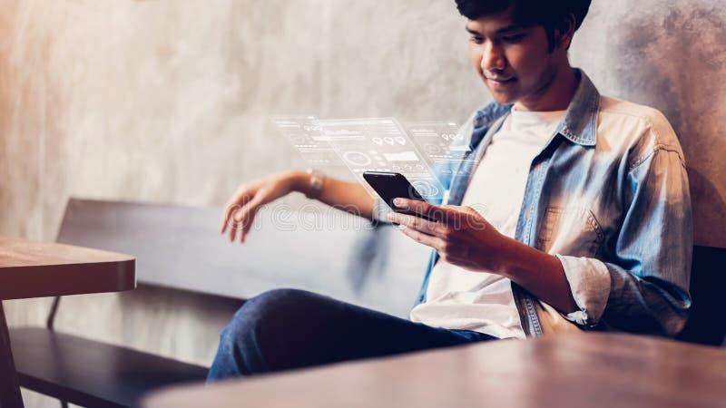 Hombre usando un smartphone en los avances de la exhibición y de la tecnología en tiendas fotografía de archivo libre de regalías