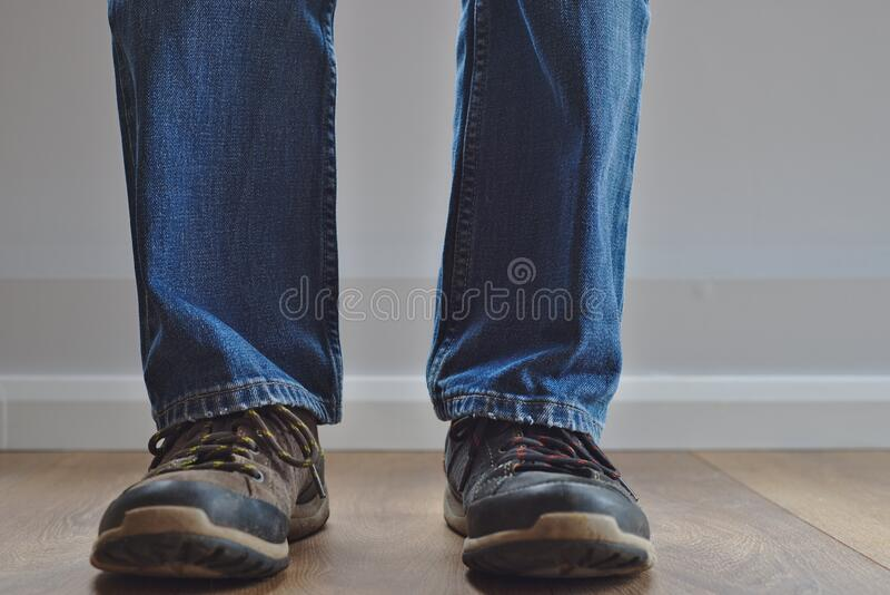 Hombre usando zapatos extraños imagenes de archivo