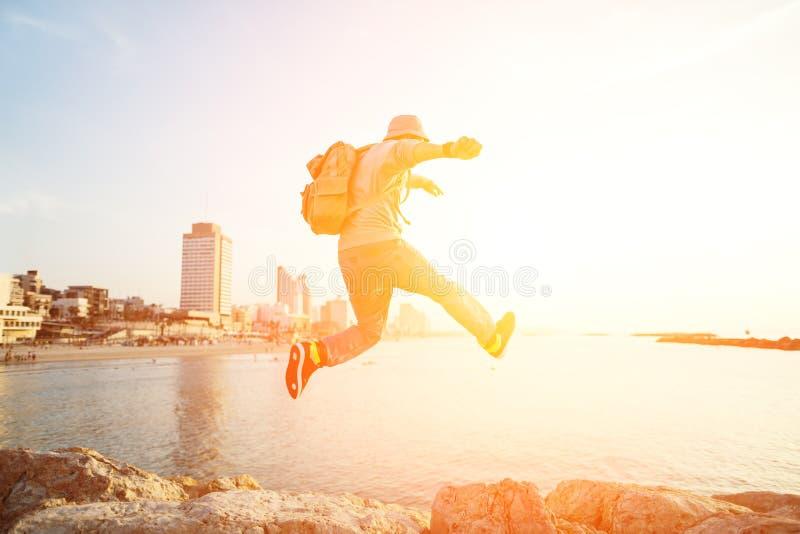 Hombre valiente que salta sobre rocas foto de archivo libre de regalías
