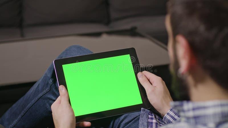 Hombre verde del Tablet PC de Digitaces de la pantalla foto de archivo