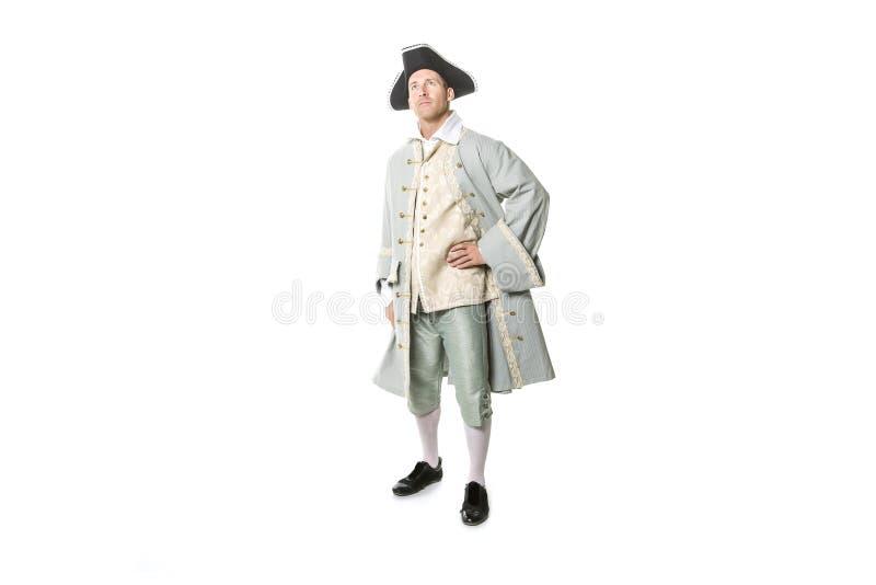 Hombre vestido como un cortesano o príncipe en el fondo blanco foto de archivo