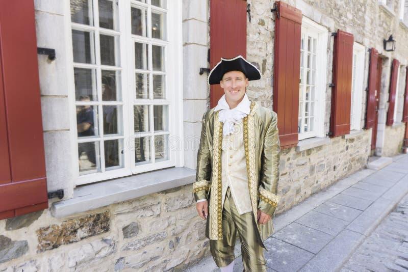 Hombre vestido como un cortesano o príncipe en la ciudad de Quebec imagen de archivo libre de regalías