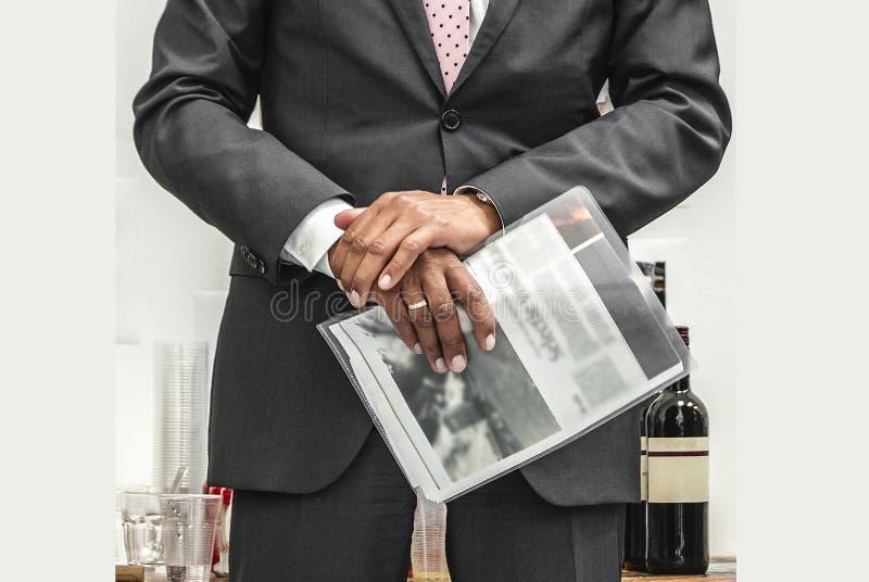 Hombre vestido sostenido fotografía de archivo