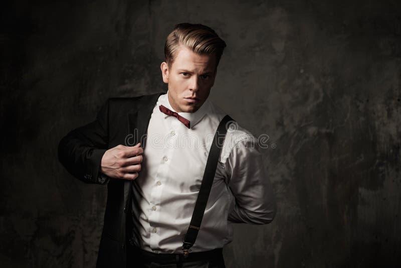 Hombre vestido sostenido duro imagen de archivo