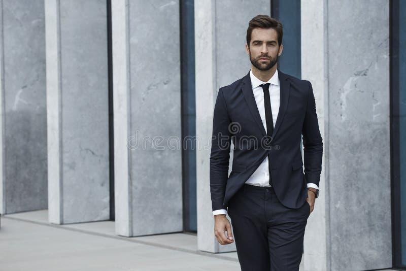 Hombre vestido sostenido en traje de negocios imagen de archivo
