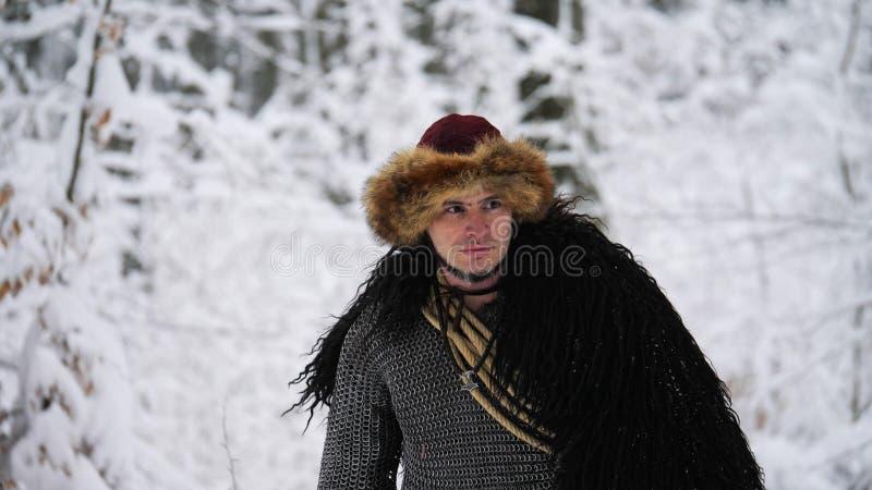 Hombre vikingo que entra en el bosque del invierno imágenes de archivo libres de regalías