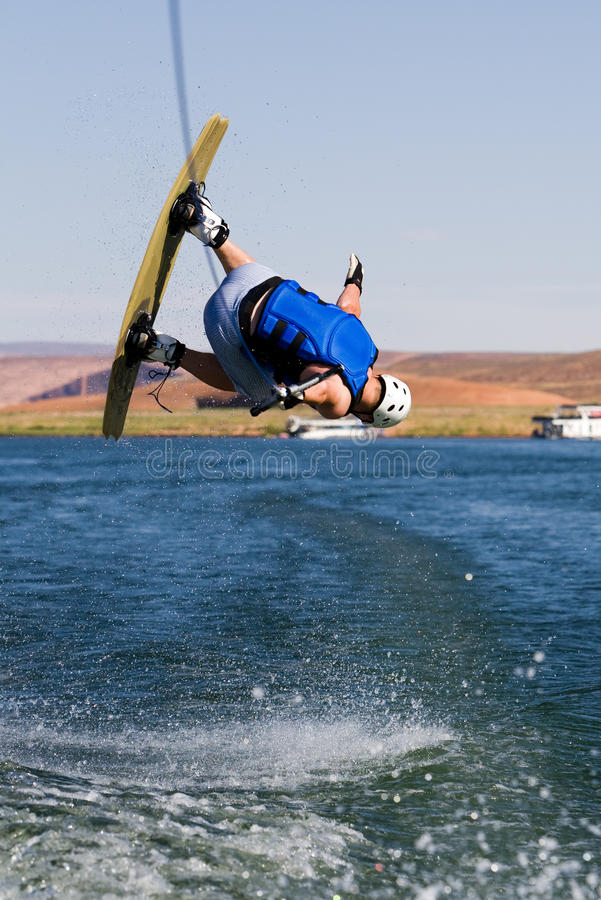 Hombre wakeboarding en el lago Powell 03 foto de archivo