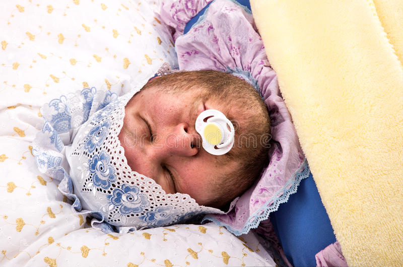 Hombre weared como dormir del bebé imágenes de archivo libres de regalías