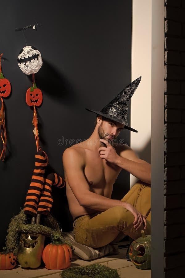 Hombre y calabazas, medias, fantasma de Halloween en la pared negra imágenes de archivo libres de regalías