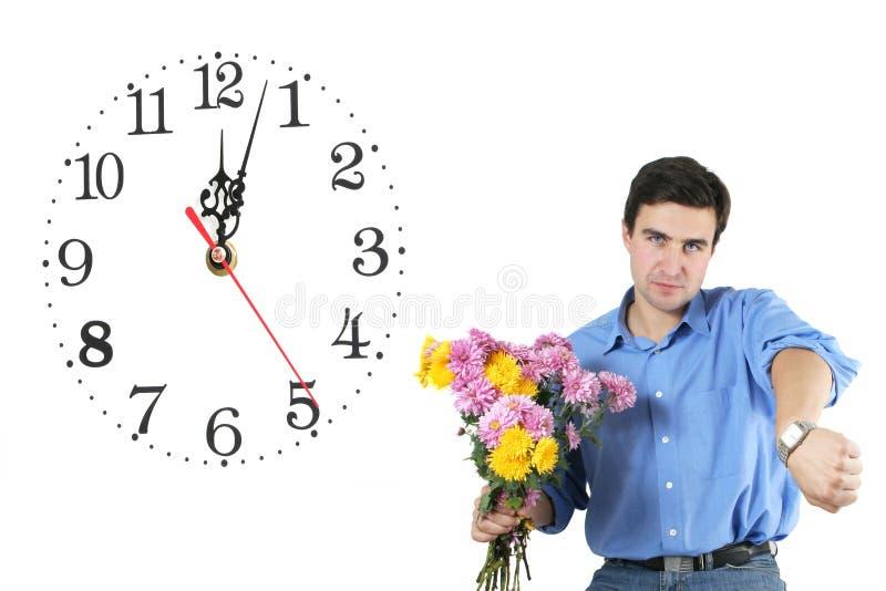 Hombre y flores que esperan imágenes de archivo libres de regalías