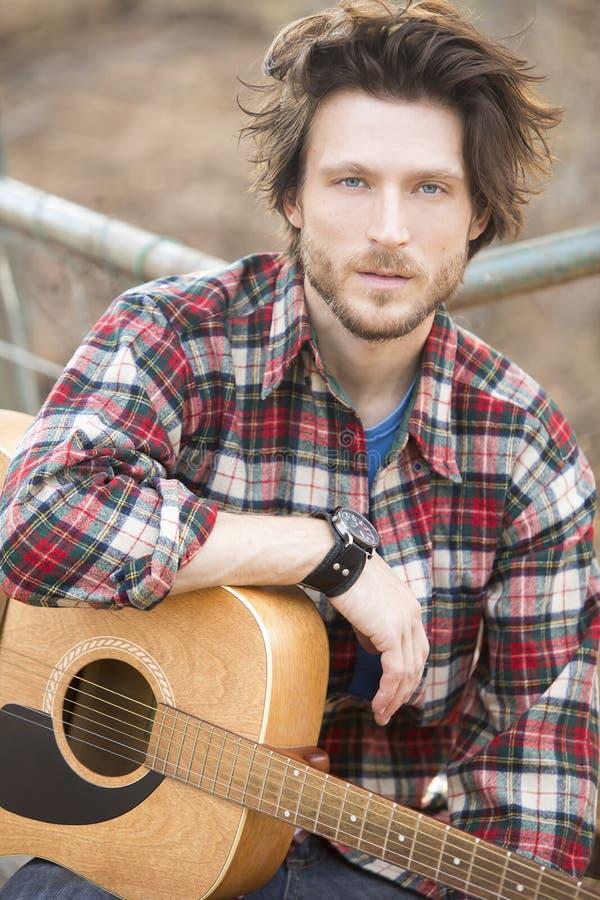 Hombre y guitarra fotos de archivo