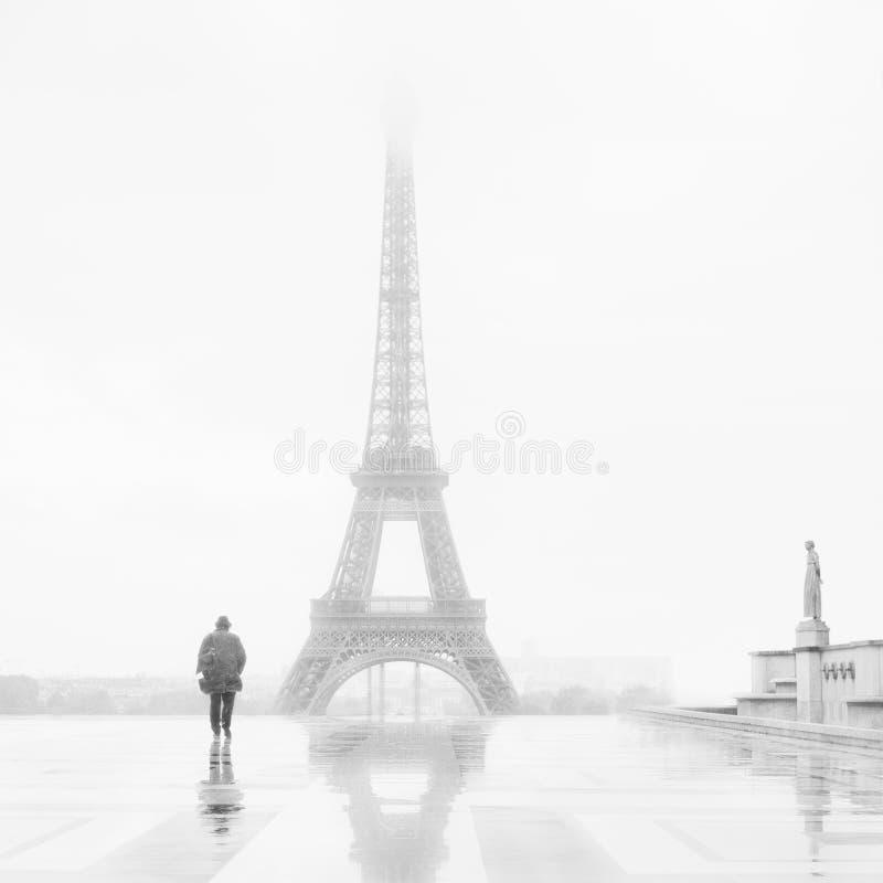 Hombre y la torre Eiffel fotografía de archivo libre de regalías