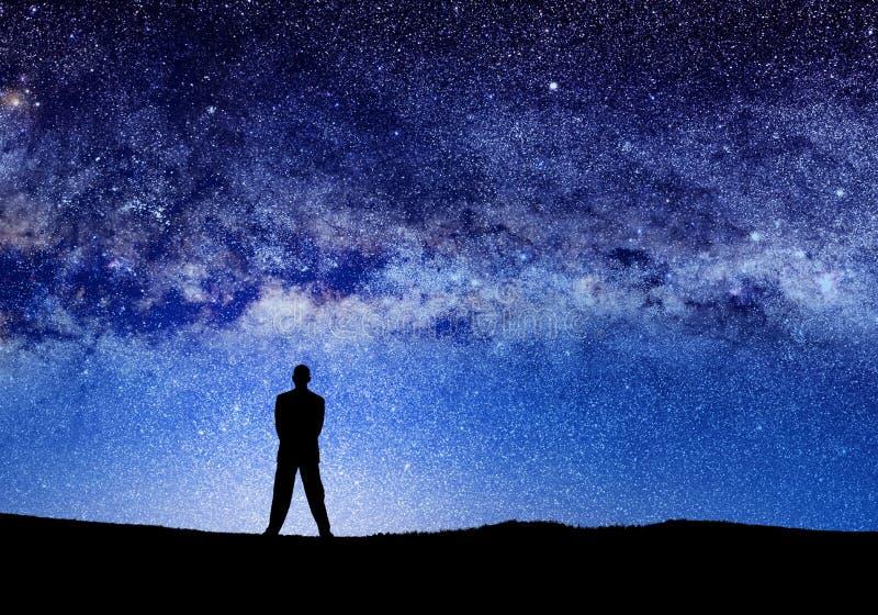 hombre y luces silueteados del universo fotografía de archivo libre de regalías
