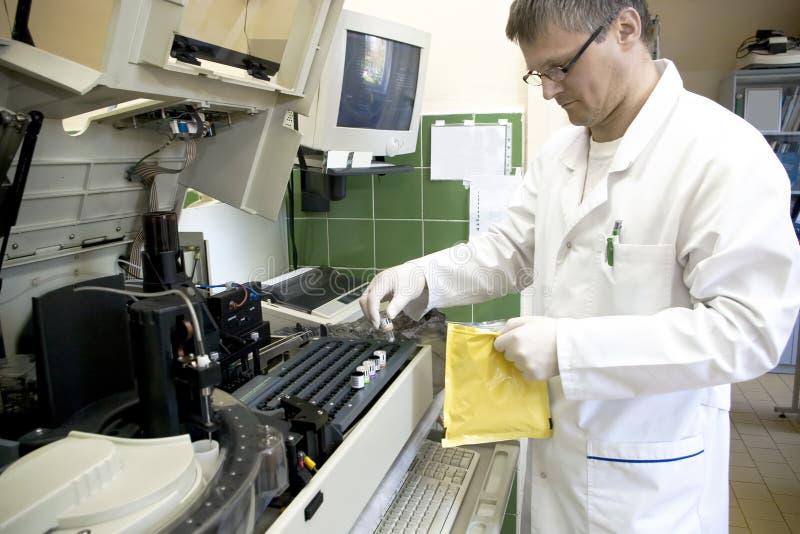 Hombre y máquina del laboratorio imagenes de archivo