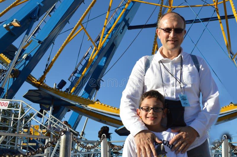 Hombre y muchacho en Carolina State Fair del norte foto de archivo