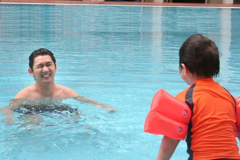 Hombre y muchacho en la piscina fotos de archivo libres de regalías