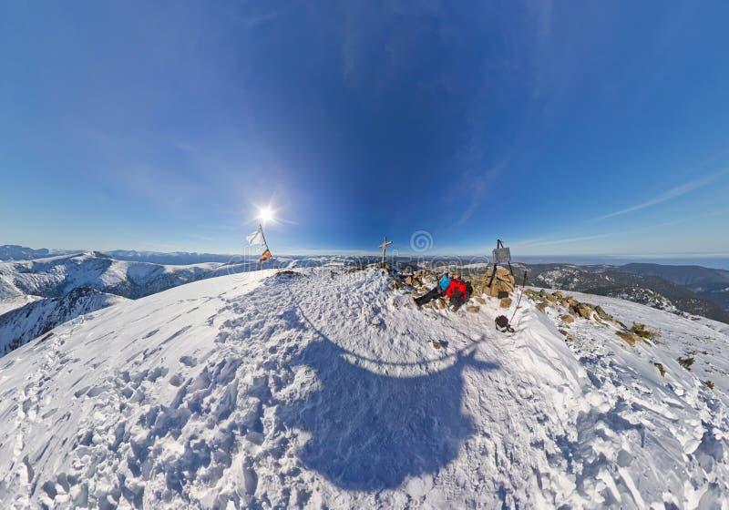Hombre y mujer aéreos de los pares del fisheye de la foto en las montañas nevosas imagen de archivo libre de regalías
