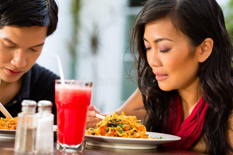 Hombre y mujer asiáticos en restaurante foto de archivo