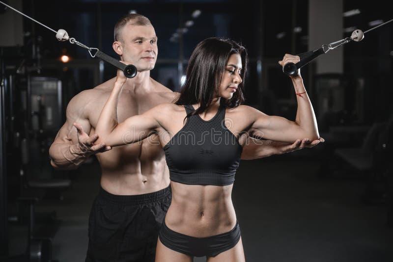 Hombre y mujer caucásicos atractivos en gimnasio imagen de archivo libre de regalías