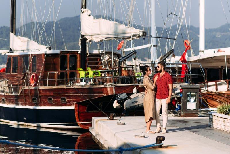 Hombre y mujer cerca de los yates en el muelle Pares en amor en el yate Pares en amor en el muelle Hombre y mujer en el barco A fotos de archivo