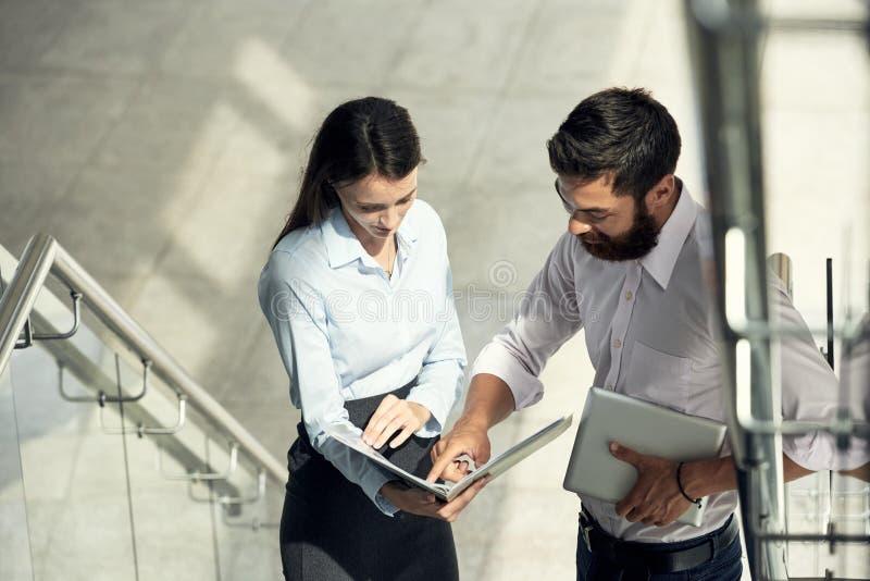 Hombre y mujer con los papeles en pasos imagen de archivo libre de regalías