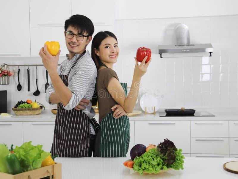 Hombre y mujer con pimiento en sus manos imagenes de archivo