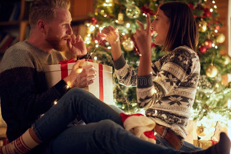 Hombre y mujer de amor de la Navidad que gozan en los días de fiesta fotografía de archivo