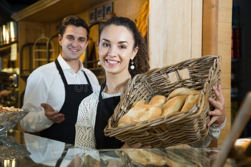 Hombre y mujer del comerciante con la cesta de pan imágenes de archivo libres de regalías
