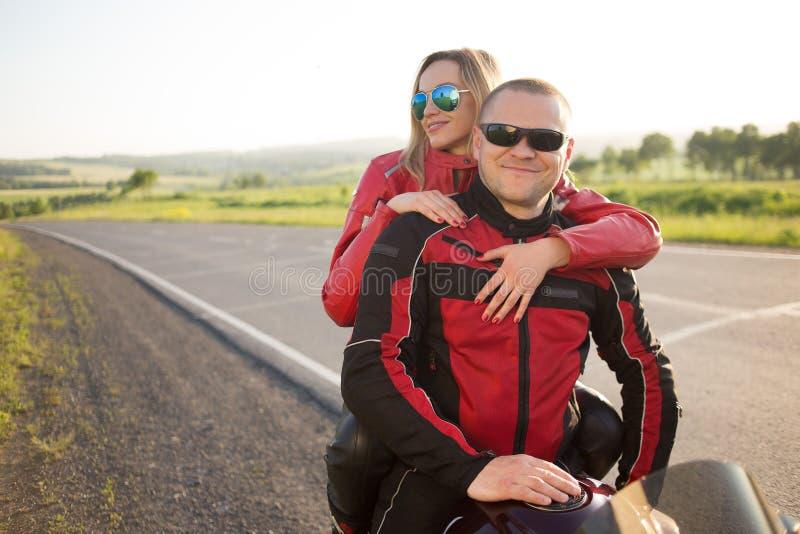 Hombre y mujer del motorista que se sientan en una motocicleta imagen de archivo libre de regalías