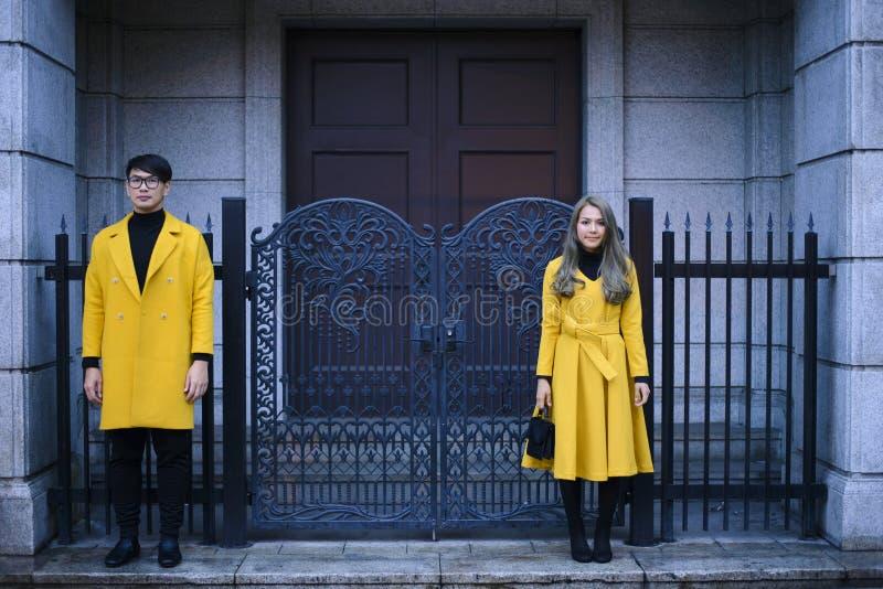 Hombre y mujer delante de la entrada principal casera imagenes de archivo