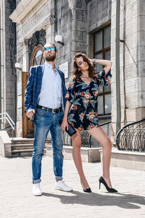 Hombre y mujer elegantes fotos de archivo