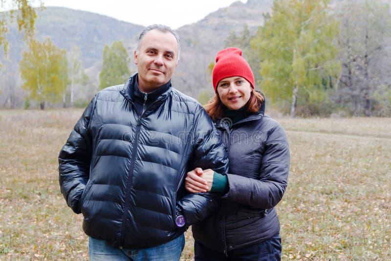 Hombre y mujer en chaquetas del otoño al aire libre foto de archivo