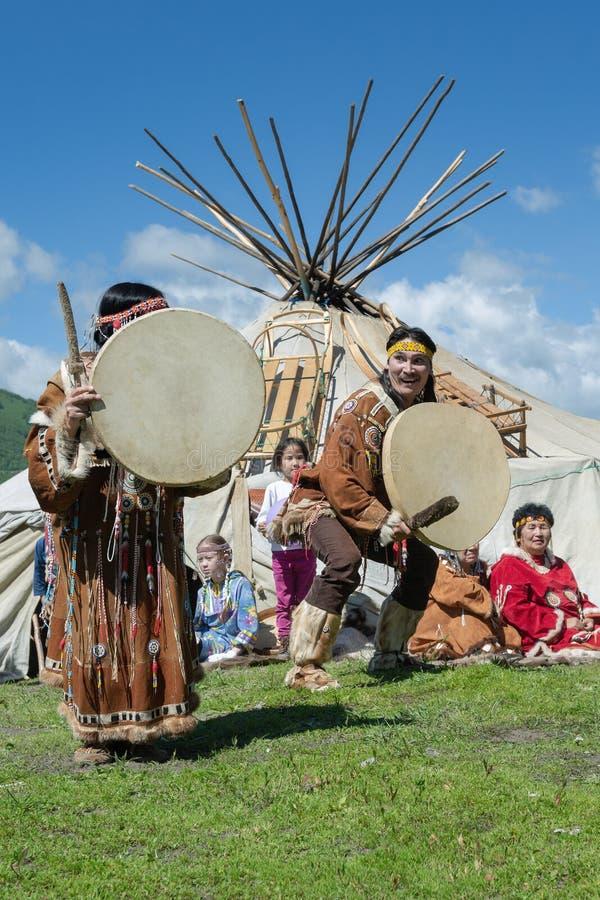 Hombre y mujer en el aborigen nacional de la ropa del baile de la expresión de Kamchatka con pandereta imágenes de archivo libres de regalías