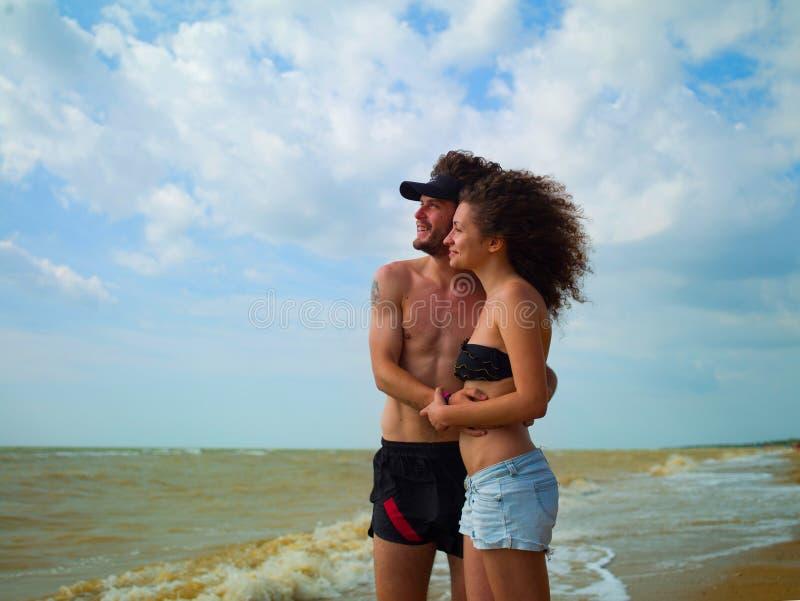 Hombre y mujer en el mar foto de archivo libre de regalías
