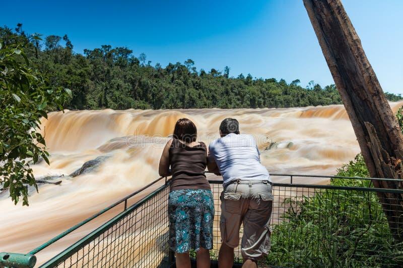 Hombre y mujer en el Saltos del lunes en Paraguay imagenes de archivo
