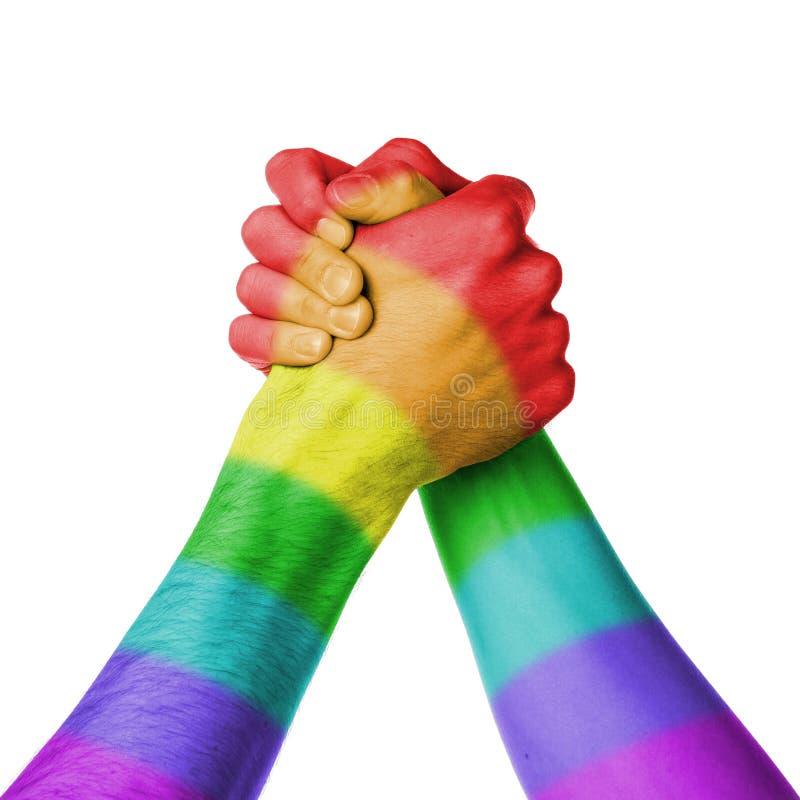 Hombre y mujer en el wrestlin del brazo, modelo de la bandera del arco iris fotos de archivo