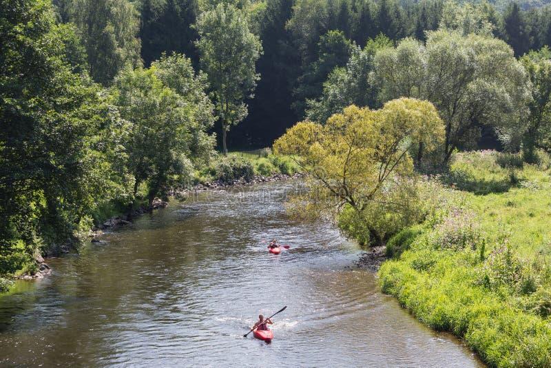 Hombre y mujer en kajak en el río Ourthe cerca de Roche-en-Ardenne del La, Bélgica fotografía de archivo libre de regalías