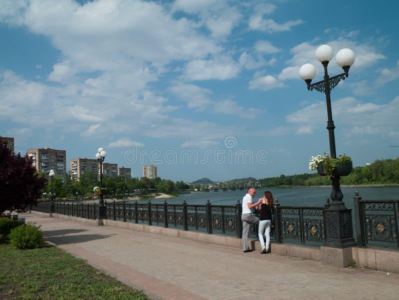 Hombre y mujer en la ciudad foto de archivo libre de regalías