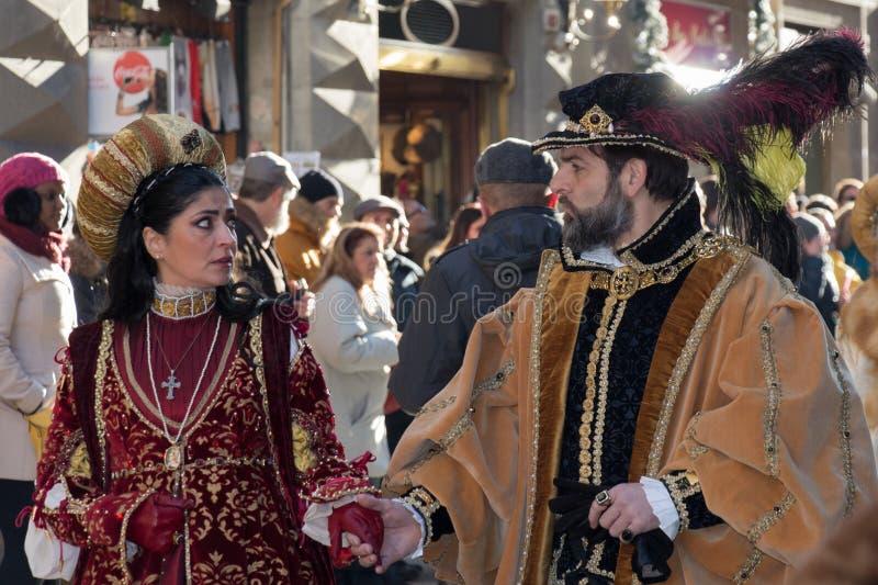 Hombre y mujer en traje medieval en el desfile tradicional del festival medieval de Befana de la epifanía en Florencia, Toscana,  foto de archivo