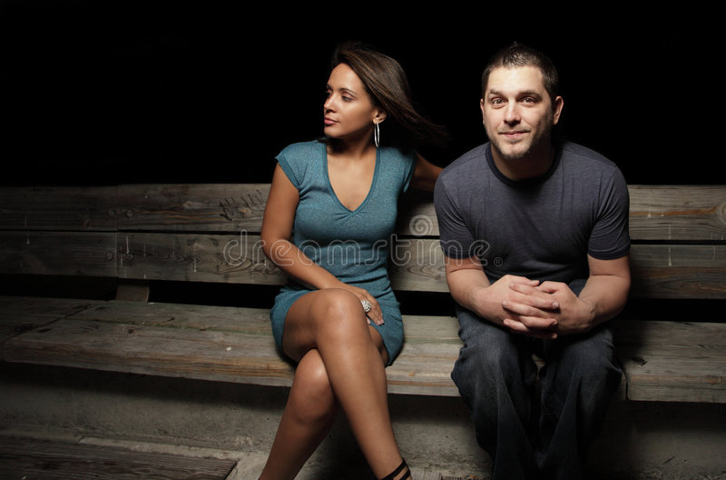 Hombre y mujer en un banco fotos de archivo libres de regalías